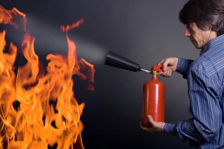 man met brandblusser bestrijding van een brand
