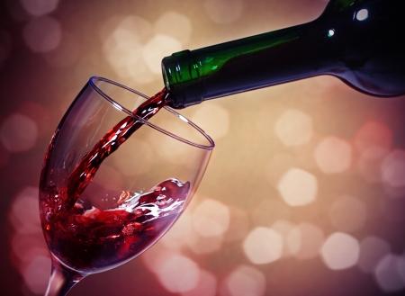 Rode wijnglas en fles