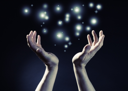 Handen samengevoegd met gloed licht Stockfoto