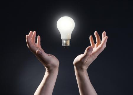 lampara magica: Mano que sostiene la bombilla