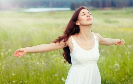 Portret van mooi meisje in het veld