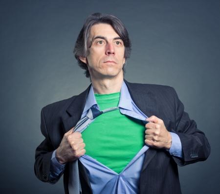Superhero, jonge zakenman scheurt zijn shirt Stockfoto