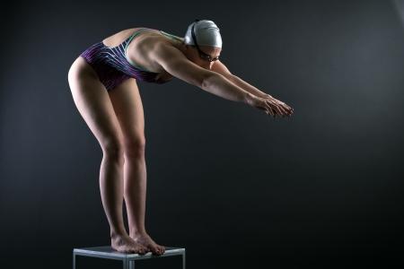 swim goggles: Mujer nadador preparado para saltar al agua. Foto de archivo