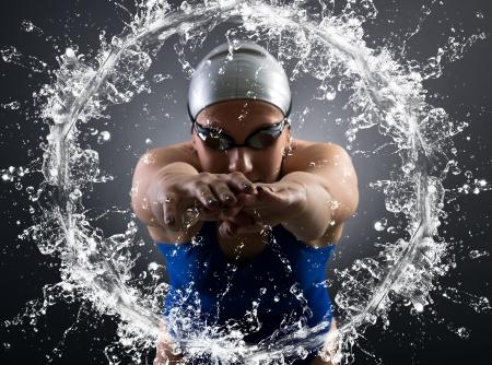 zwemmer springt in het water.