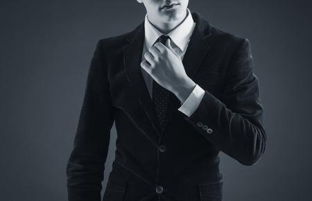 上品なスーツのスタイリッシュな男
