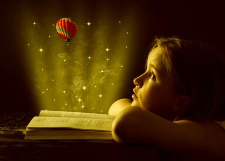 niños leyendo: La muchacha adolescente de leer el libro Educación Foto de archivo