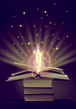 historias biblicas: libro mágico abierto con la luz mágica