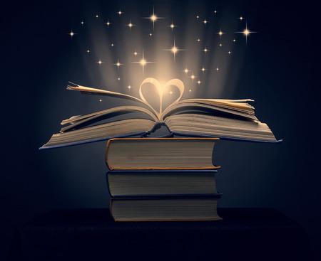 心臓の形に湾曲した本のページ 写真素材