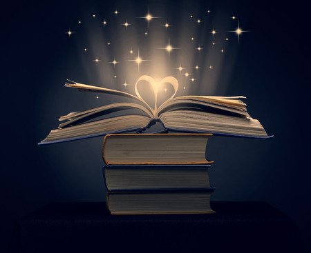 las páginas de un libro de curva en forma de corazón Foto de archivo