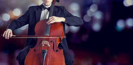 orquesta clasica: Violonchelista tocando música clásica en el violoncelo Foto de archivo