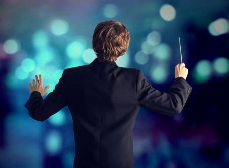 orquesta clasica: Hombre dirigiendo una orquesta