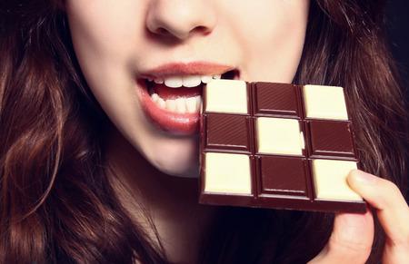 チョコレートを食べる女性のクローズ アップ