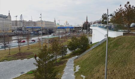 Moscow, Russia. April 14, 2019. View of the Moscow River, Bolshoi Moskvoretsky Bridge, the Cathedral of Christ the Savior in the spring Редакционное