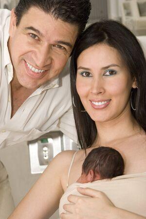 nato: Bambino ritratto di famiglia, mamma, pap� e neonato godendo insieme al coperto Archivio Fotografico
