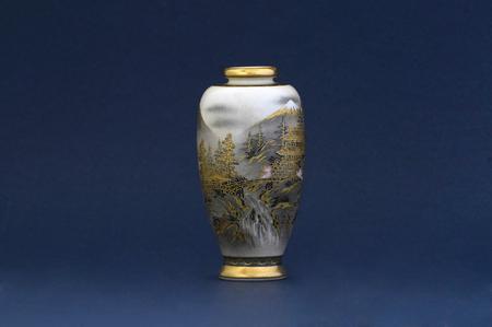 青色の背景に日本の花瓶