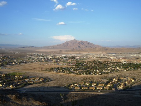 база: Fort Irwin Army Base - with mountain background