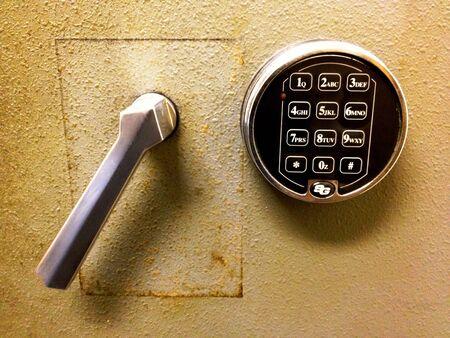 安全なドアと錠