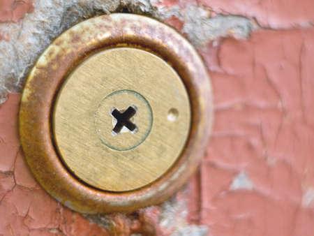 spiraglio: Foto di una fessura vecchia chiave a vecchie porte