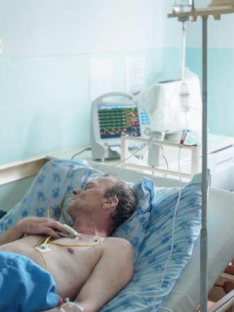 bureta: Médico gotero-Trípode con fármacos para la administración intravenosa Foto de archivo