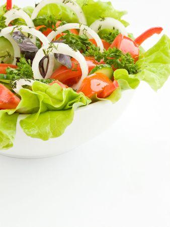 ensalada de verduras: Un tazón blanco con ensalada de verdura fresca. Kelvin superficial.  Foto de archivo
