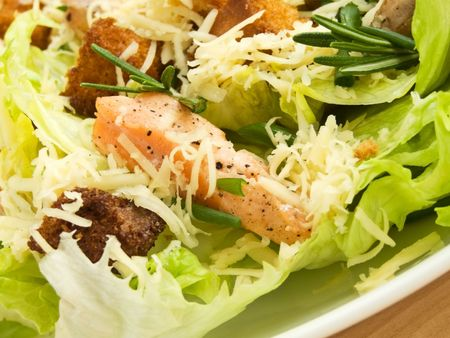 ensalada cesar: Plato con ensalada fresca de César. Kelvin superficial.