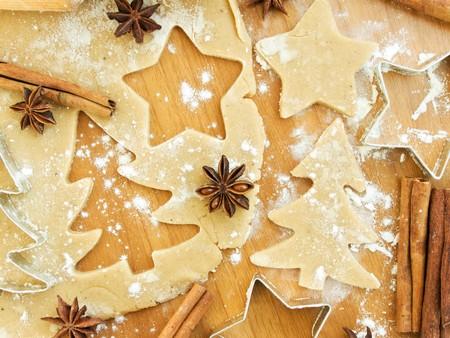 galleta de jengibre: Navidad para hornear de fondo: masa, cortadores de cookie y especias. Visto desde arriba.