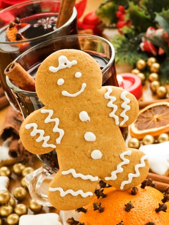 mulled wine spice: Mulled wine and gingerbread cookie. Shallow dof.