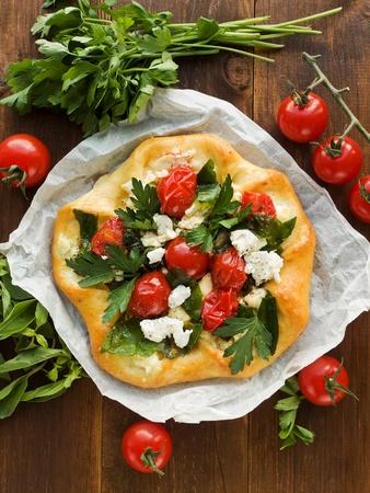 cottage cheese: Crostata fatta in casa con ricotta, erbe aromatiche e pomodorini. Visto dall'alto.