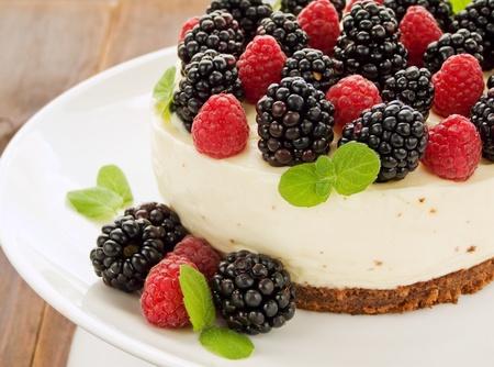 Zure room cheesecake met frambozen en bramen. Ondiepe dof.