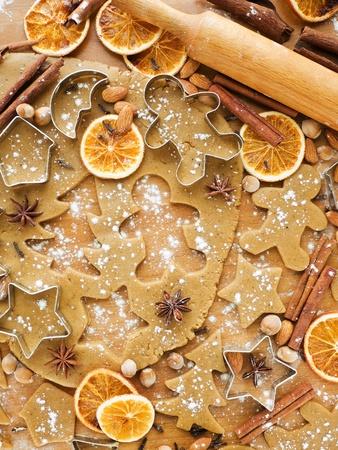 masa: Navidad de fondo la masa para hornear, cortadores de galletas, especias y frutos secos. Visto desde arriba. Foto de archivo