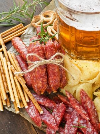 comida alemana: Cerveza con wienerwurst, pretzels, saltsticks y papas fritas. Visto desde arriba.