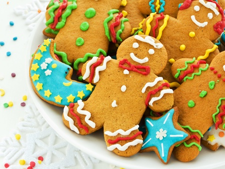 ginger cookies: Galletas hechas en casa de pan de jengibre con glaseado de colores. Dof bajo. Foto de archivo