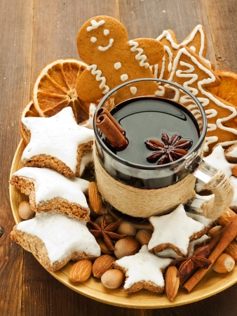 gingerbread man: Mulled wine with spices and christmas cookies. Shallow dof.