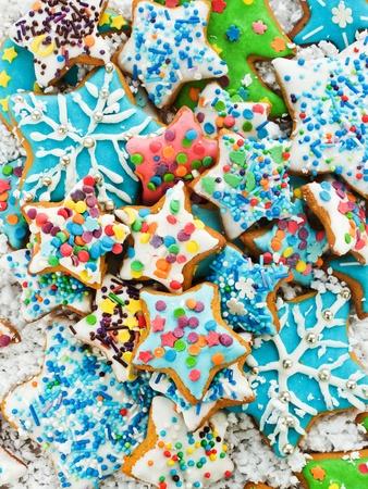 galletas de navidad: Hecho en casa galletas de jengibre con glaseado de colores. Visto desde arriba. Foto de archivo