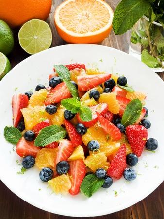 ensalada de frutas: Ensalada fresca con diferentes tipos de frutas y bayas. Dof bajo.
