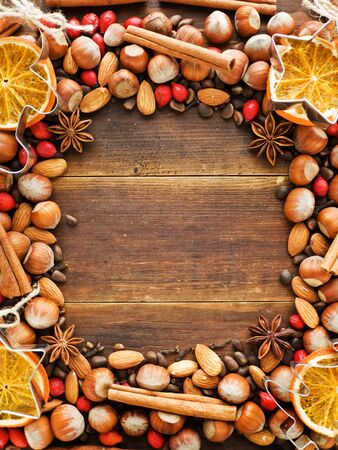 frutos secos: Fondo de la Navidad hecha de nueces, naranjas secas y especias. Visto desde arriba.