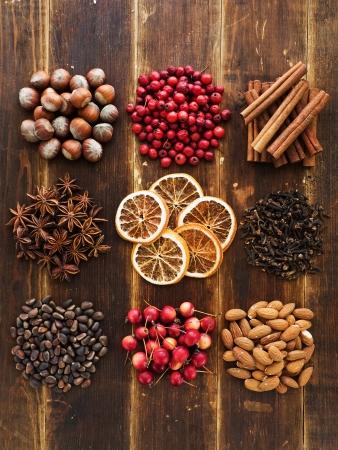 frutos secos: Navidad especias, frutas, nueces y bayas en el fondo de madera. Visto desde arriba. Foto de archivo