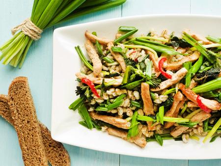 barley: Ensalada caliente con carne, cebada perlada y verdes. Dof bajo.