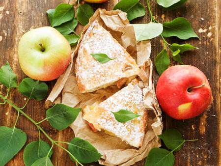 Verse gesteunde appeltaartplakken op het document. Ondiepe dof.