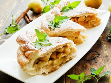Vers gebakken appeltaart met kaneel en munt. Ondiepe dof.