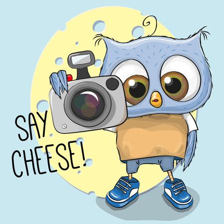 Búho lindo de la historieta con una cámara sobre un fondo azul Foto de archivo - 55043747