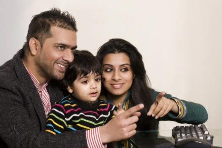 ninos indios: feliz familia multi�tnica de tres disfrutando juntos