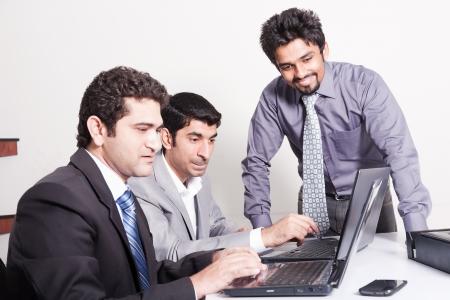 indio americano: peque�o grupo de j�venes empresarios multirraciales en la reuni�n de la oficina