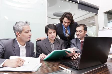 groupe de jeunes hommes d'affaires multiraciaux à une réunion