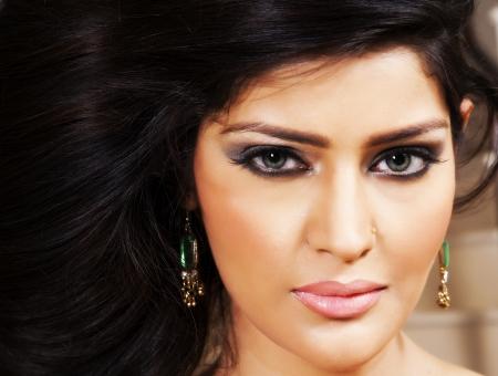 fille indienne: Attractive fille indienne avec des cheveux longs beau, modèle de la mode féminine posant pour la caméra