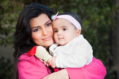 nios hispanos: Familia ind�gena, madre sosteniendo a su peque�a hija en brazos