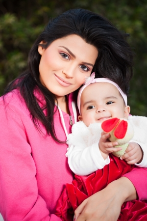 indio americano: Familia ind�gena, madre sosteniendo a su peque�a hija en brazos