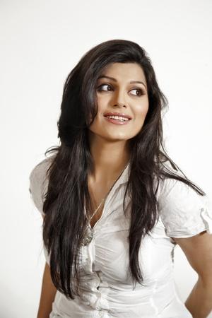 indianin: atrractive indyjska dziewczyna z uśmiechem i długimi włosami Zdjęcie Seryjne