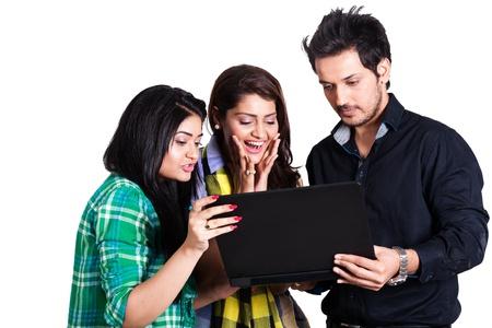 studenti universit�: Groupp piccola di amici felici usando laptop, un gruppo di amici multietnico felici isolato su bianco