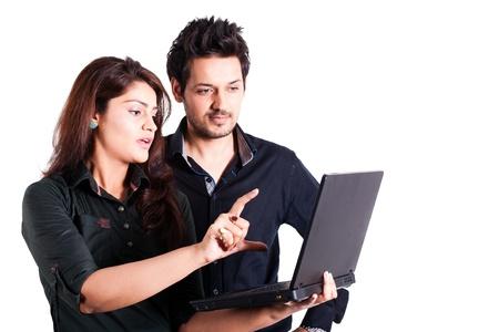 fille indienne: jeune couple multiraciale utilisant un ordinateur portable isol� sur blanc
